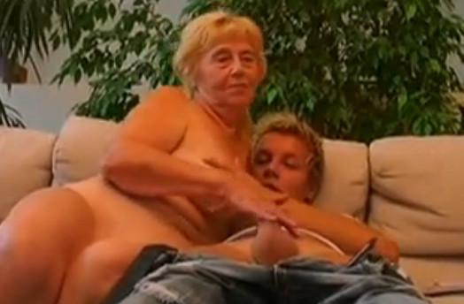 Бабуля делает минет внуку